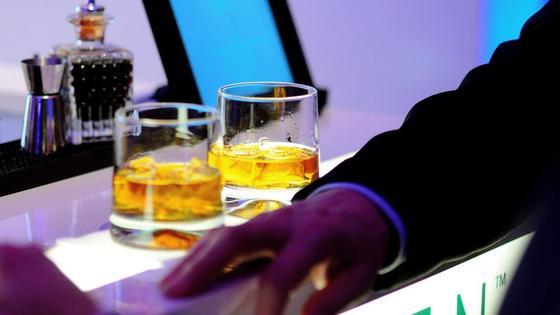 Мужчина облокотил руку на барную стойку