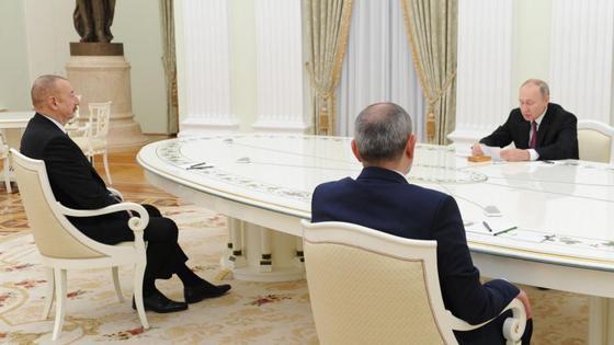 Владимир Путин, Ильхам Алиев и Никол Пашинян сидят за столом