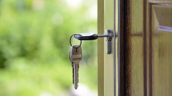 Ключи вставлены в дверной замок