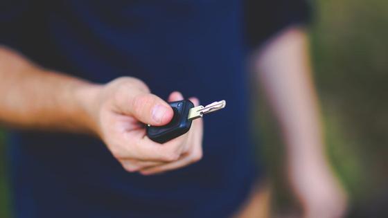Мужчина с ключом в руках