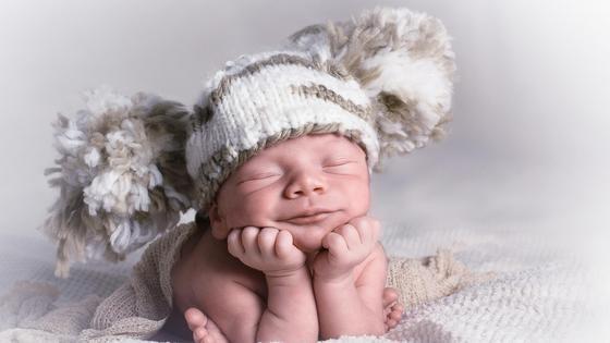 Новорожденный ребенок в шапочке