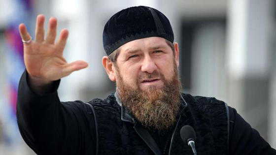 Рамзан Кадыров поднимает руку
