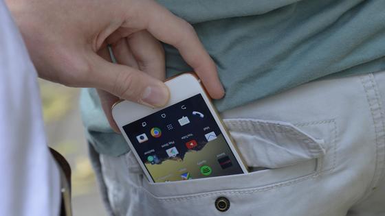 Мужчина вытащил из кармана телефон