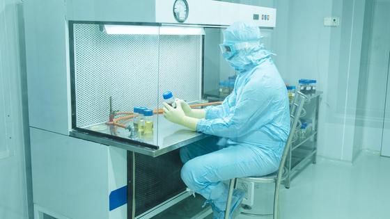 Врач в Индии в лаборатории