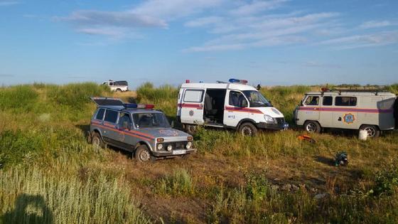 спасательно-поисковые машины стоят в поле