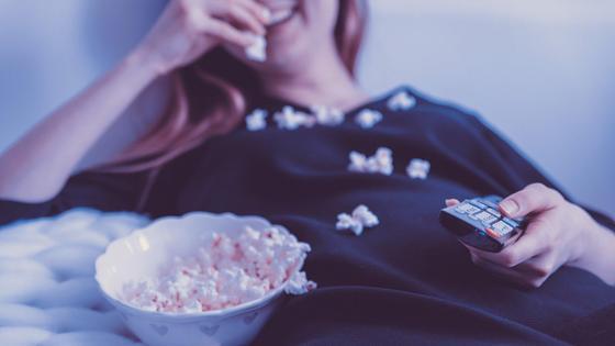 Девушка ест попкорн