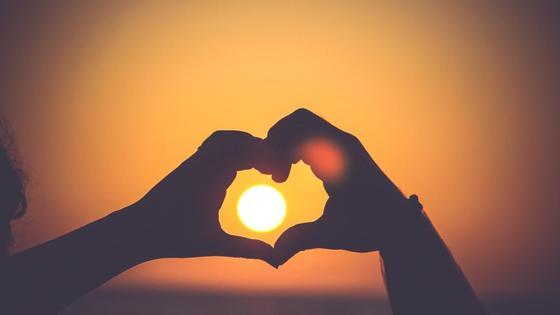 рассветное солнце в руках