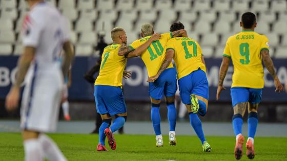Футболисты сборной Бразилии празднуют забитый мяч