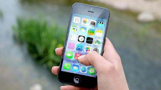 Человек держит в руке телефон