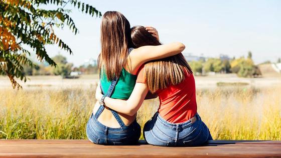 Две девушки обнимают друга друга
