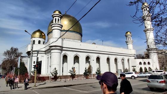 здание мечети на фоне неба