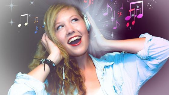Девушка слушает музыку в наушниках