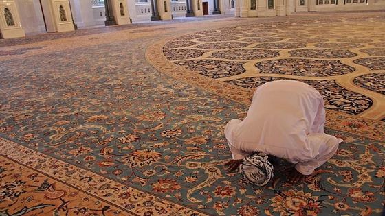 молящийся в мечети