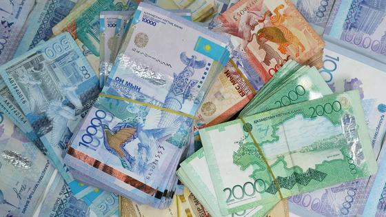 деньги лежат на столе
