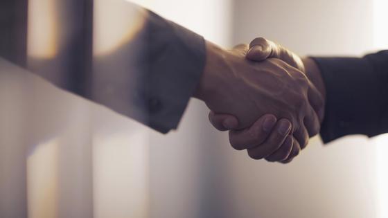Двое мужчин жмут друг другу руки