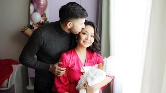 Аша Матай с мужем и дочерью