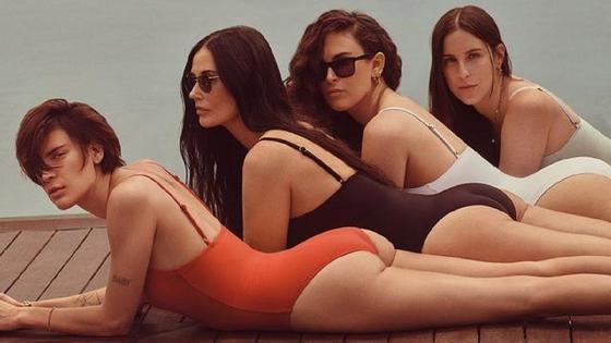 Деми Мур и ее дочери лежат в купальниках
