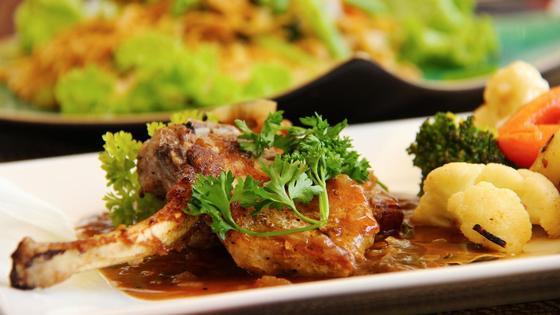 Мясо с овощами на тарелке