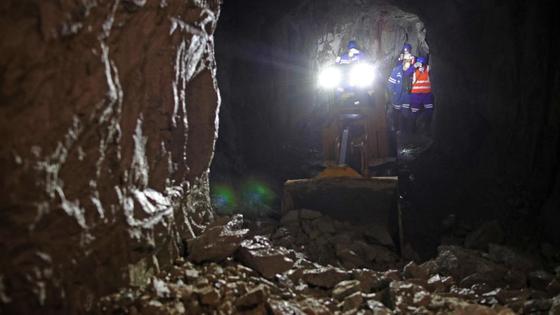 Рабочие трудятся на шахте