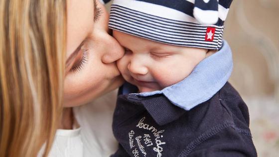 мама целует маленького сына