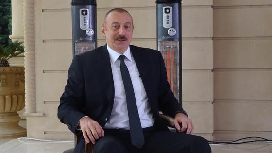 Ильхам Алиев сидит на стуле