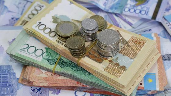 Деньги разных номиналов, банкноты с монетами