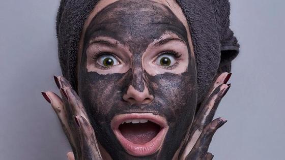 девушка в грязевой маске