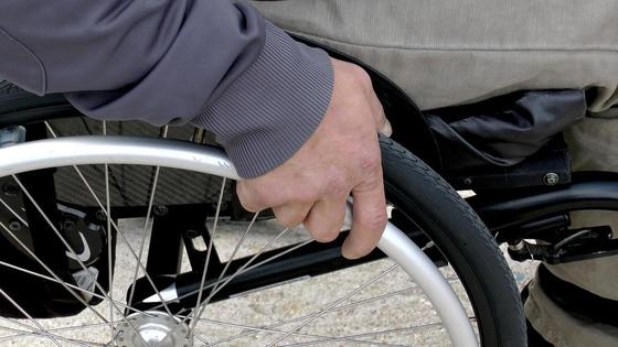 Инвалидная коляска на дороге