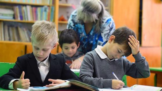 Преподаватель объясняет школьникам задание
