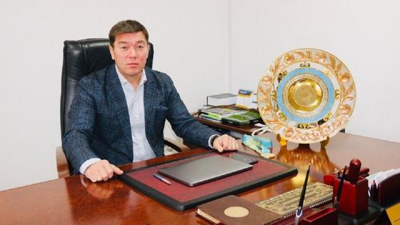 Ерлан Ботембаев сидит за столом