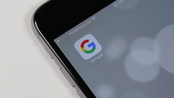 Иконка Google на дисплее телефона