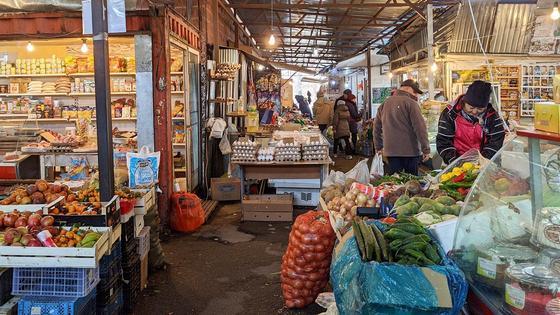Покупатели смотрят товар на рынке