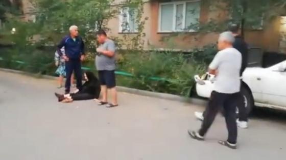Пожилую женщину сбили во дворе дома
