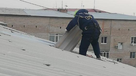 Спасатель работает на крыше в Атырау