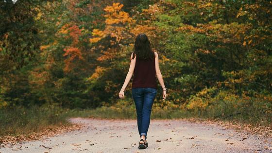 Девушка идет по лесу