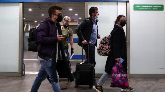 Пассажиры идут по коридору аэропорта