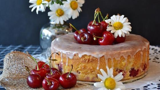 Пирог, украшенный вишней и цветами