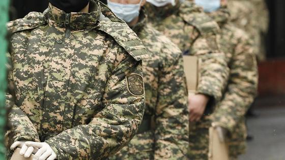 Военные стоят в ряд
