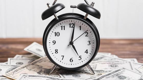 Часы стоят на долларовых купюрах