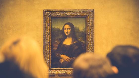 Люди рассматривают картину «Мона Лиза»
