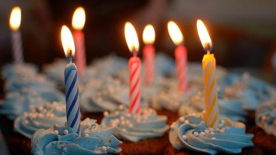 Вставленные в пирожные свечи горят