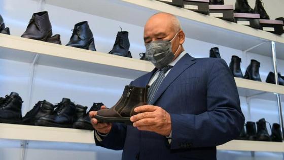 Умирзак Шукеев смотрит обувь