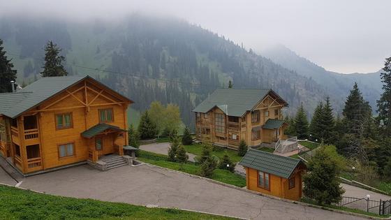 Домики на фоне гор в Алматы