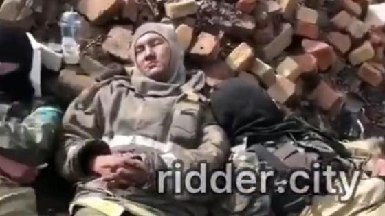Спасатели спят на кирпичах