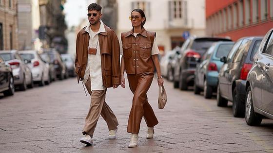 Парень с девушкой идут по улице