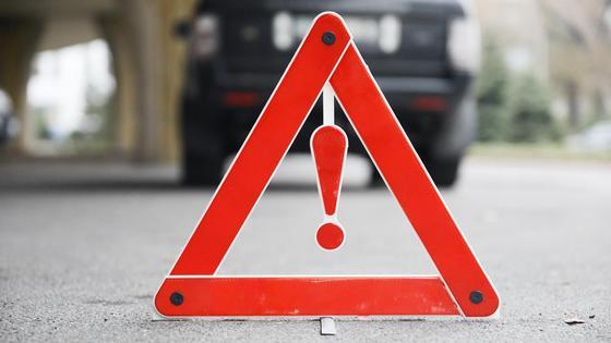 Знак стоит возле машины