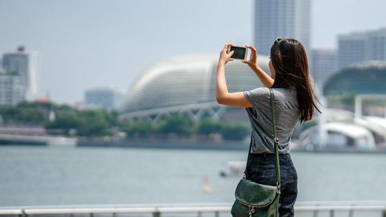 Девушка что-то фотографирует