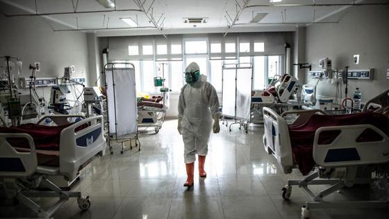 Медик в больничной палате