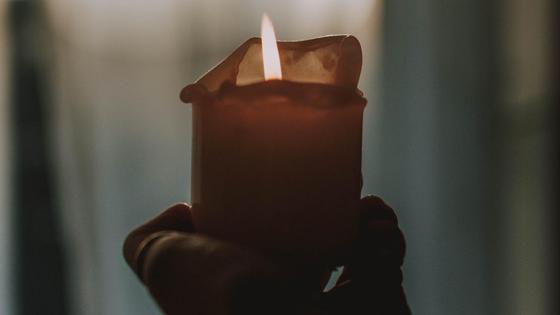 Человек держит свечу в руке