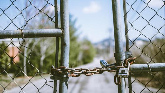 Закрытые на замок ворота